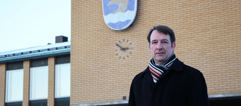 Kristian Rehnström Vantaan kaupungintalon edessä